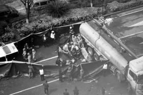 长沙县发生一起油罐车侧翻事故 压坏小车致驾驶员..