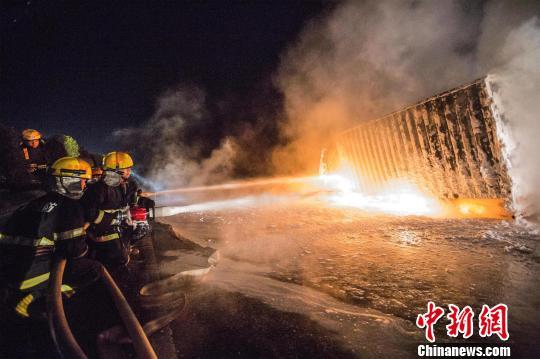 货车改装油罐车高速起火?消防转移200斤柴油(图)