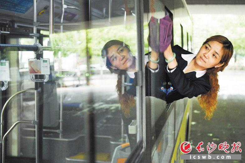 车辆到站后,刘波在擦拭车窗玻璃。长沙晚报记者 黄启晴 摄