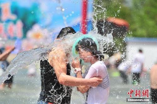 """中国游客助阵老挝泼水节上演""""湿身""""大战"""