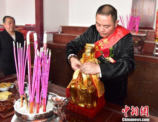 4月16日,为南平延平王神像披上披风。 张丽君 摄