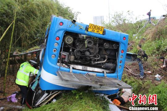 浙江甬金高速一实载26人大客车高速上翻车多人伤