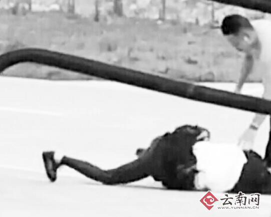 妻子被丈夫按在地上