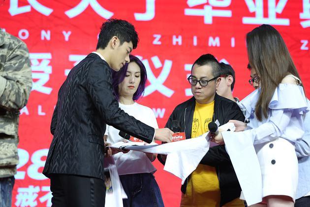 李程彬在电影T恤上签名