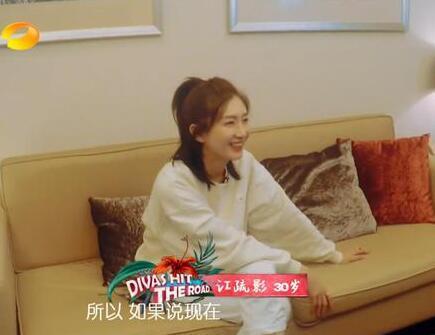 江疏影家非常像一个女演员在外面的房子,什么私物都没有。