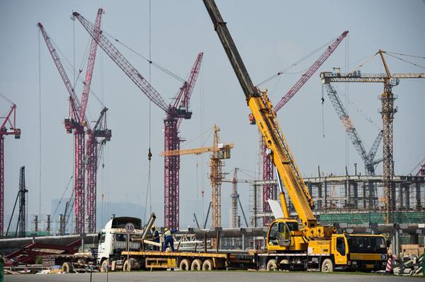 Key component of world's longest cross-sea bridge installed