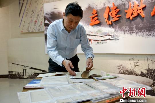 """重庆大学老教师因手绘机械图""""意外走红""""(图)"""