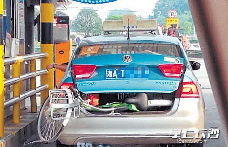 ←一辆出租车装着酷骑共享单车,出现在高速公路收费站。
