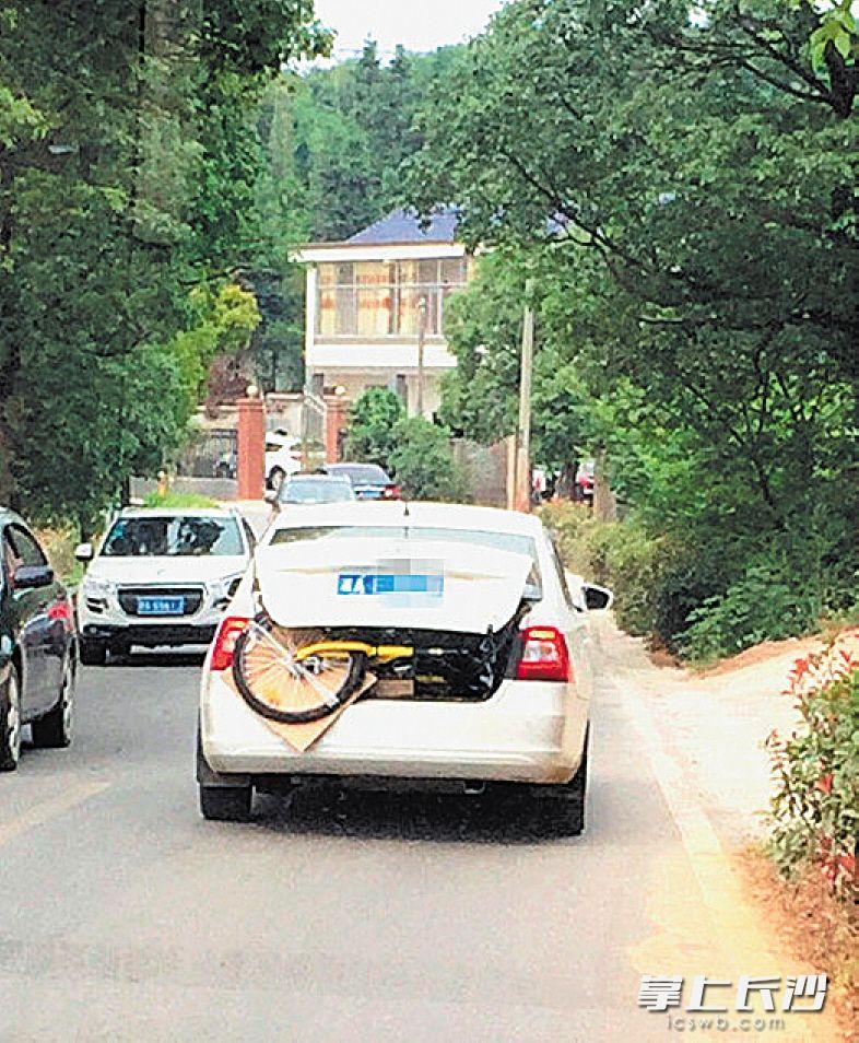 →一辆斯柯达轿车拖着ofo小黄车,行驶在宁乡的乡间道路上。 均为网友供图