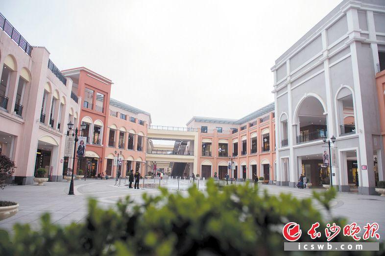 时代·奥特莱斯·长沙是宁乡县引进的大型商业体项目,占地12万平方米,汇聚230个国际国内知名品牌。长沙晚报记者 李锋 摄
