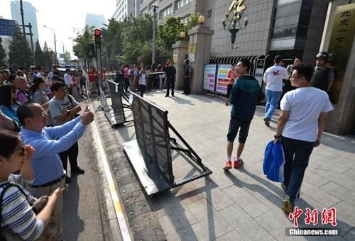 2017全国高考拉开帷幕,考生陆续进入考场。图为北京171中学考点,家长为考生拍照。中新网记者 金硕 摄