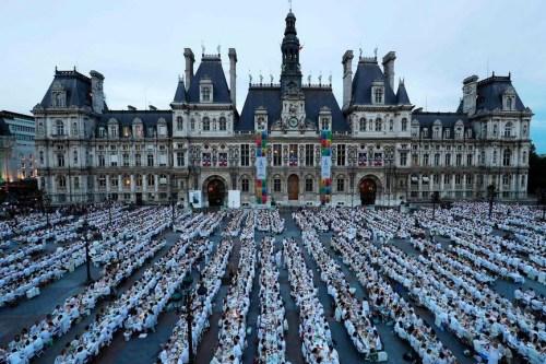 6月8日,人们在巴黎市政厅前共进晚宴。
