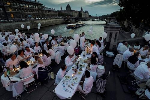 """6月8日,巴黎""""白色晚宴""""的场景。"""
