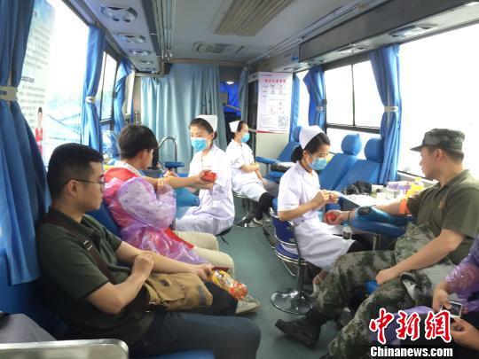 """江西人一年无偿献血127.9吨各界纪念""""世界献血者日""""(图)"""