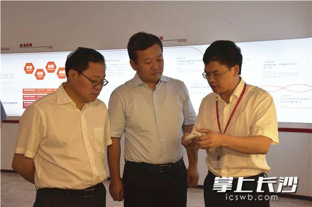 陈文浩(左)听取三诺生物公司相关负责人情况汇报。