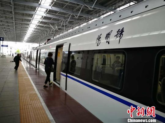 中国首款时速160公里城际动车组正式运营