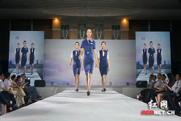 奥凯航空新制服上线 乘务员上演时装秀
