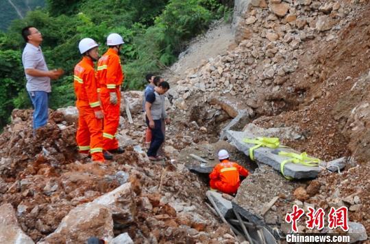 重庆巫溪道路塌方致一工人被埋消防及时救援(图)