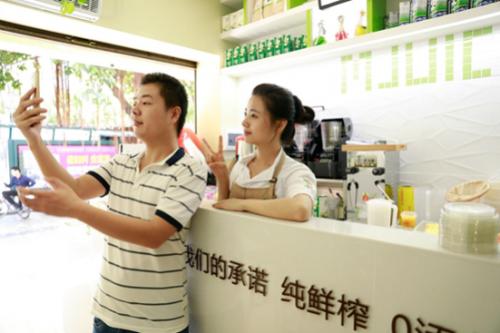 深圳冷饮店长酷似林依晨走红网络