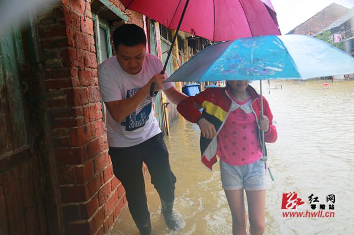 零陵区司法局抗洪突击队紧急转移20人