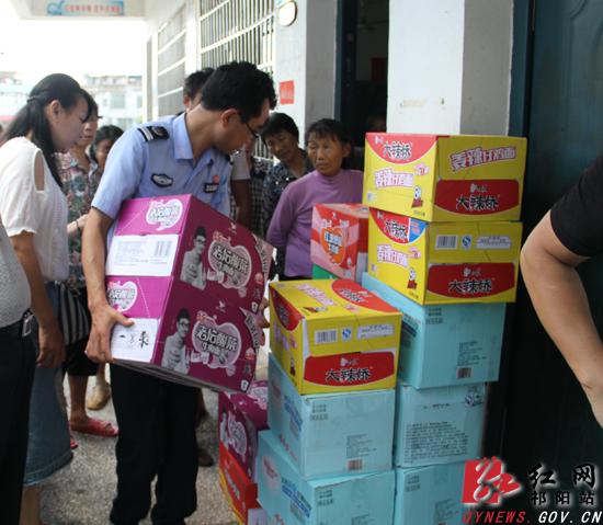 祁阳县司法局为安置点送去救灾物资