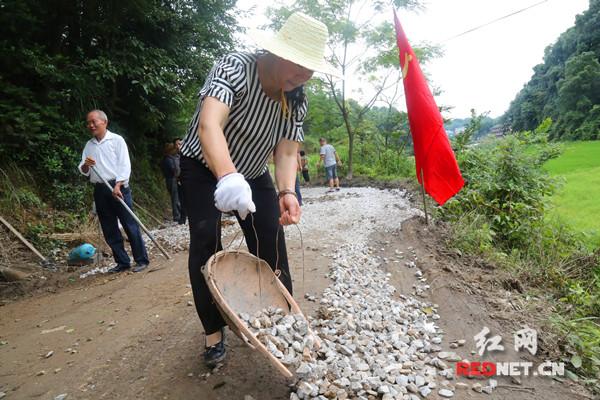 大灾后的蛇形山镇:重建路上飘扬着鲜艳的党旗