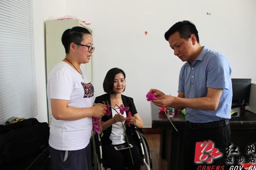杨映林现场组装花卉了解生产工艺流程.