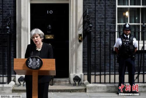 当地时间2017年6月4日,英国伦敦,英国首相特蕾莎·梅在唐宁街10号发表声明她表示,三名嫌犯均身着伪造的自杀式袭击背心,目的是为了制造恐慌。恐怖分子正在互相模仿,英国不会让恐怖主义有生存空间。英国大选活动将在明天恢复进行。