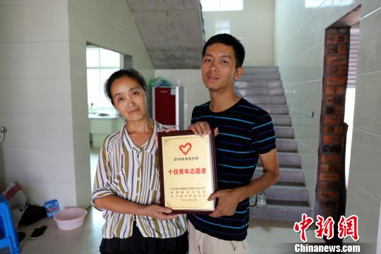 曾获得2016年度长兴县十佳志愿者称号的邹新飞。长宣 摄
