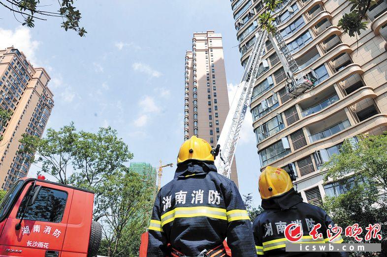 """消防员利用云梯营救""""失火""""高层住宅的""""被困居民""""。 长沙晚报记者 小刘军 摄"""