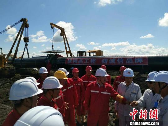 图为技术人员介绍施工情况。 刘晓楠 摄