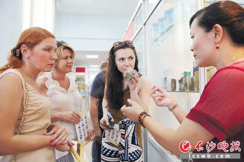 """""""中国长沙名优特产展销会""""在白俄罗斯莫吉廖夫市举行,一批带着浓浓""""湘""""味的名优特产热销""""一带一路""""沿线国家城市。长沙晚报记者舒薇 摄"""