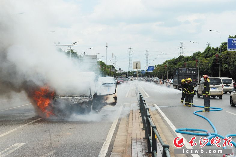 昨日下午,一辆湘A牌照的小型面包车突然自燃起火,消防官兵十分钟内赶至现场施救。长沙晚报记者 余劭劼 摄