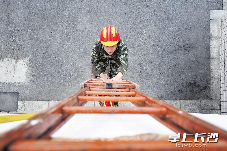昨日,望城区公安消防大队战士在高温下进行消防梯攀爬训练。长沙晚报记者 黄启晴 摄