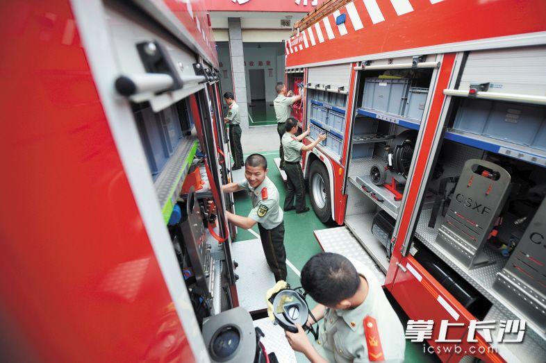 望城区公安消防大队战士在对消防车辆进行保养。长沙晚报记者 余劭劼 摄