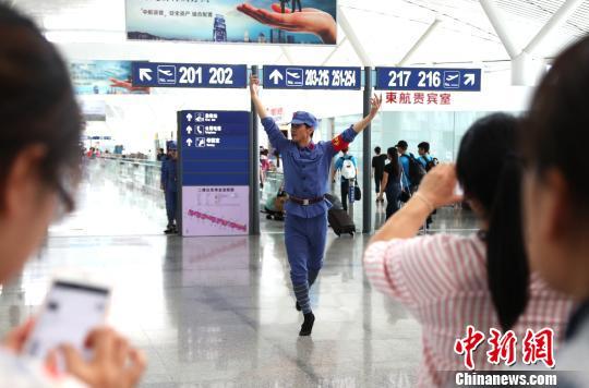 """俊男靓女化身""""红军""""南昌机场""""快闪""""庆八一"""