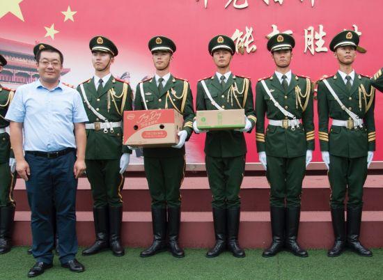 伊利集团副总裁雒彦(第一排左一)与国旗护卫官兵合影