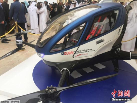 """迪拜交通局订制的这款""""亿航184""""使用纯电力驱动,卵形机身高1.5米,净重约200千克,续航能力可达半小时或50公里左右,最大载客重量约117千克,此外还能装下一只小手提箱。乘客入座后只需在智能面板上设定好目的地位置,然后由地面指挥中心通过4G网络遥控监测飞机抵达目的地。"""