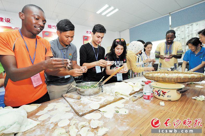 昨日上午,在望城坡街道长华社区,志愿者教外国留学生包饺子。长沙晚报记者 王志伟 摄