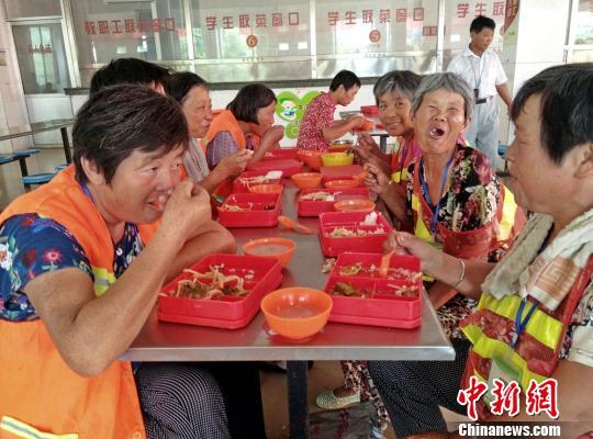 """江苏睢宁环卫工吃上""""爱心午餐""""城管局:将免费进行到底"""