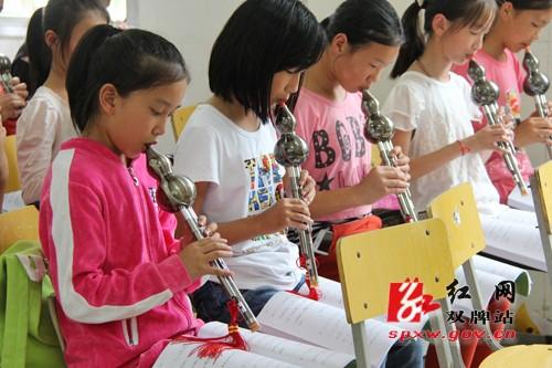 不忘家乡教育事业为山区孩子播下音乐的种子