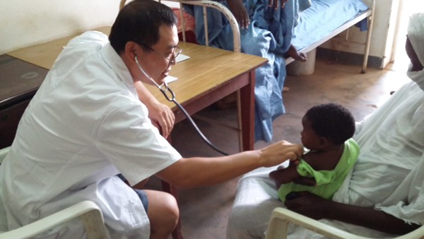 Doctor heals children in desert city