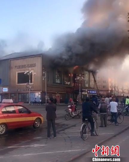 黑龙江东宁一商场起火浓烟滚滚系工人操作不当导致