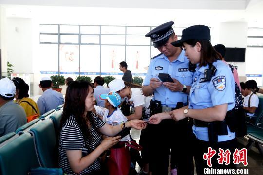 """青藏铁路警方启动""""秋风2017""""行动严打倒票"""