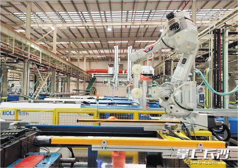 在长沙格力厂房内,没有匆忙的工人,有的只是一个个机器人在不停地工作。资料图片