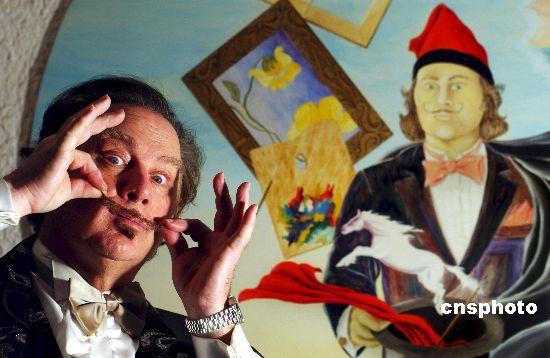 艺术家达利之子约瑟·冯·罗伊·达利最近在意大利罗马举办绘画及照片展,主要展出他收藏的父亲画作和家庭照片,纪念其父诞辰100周年。