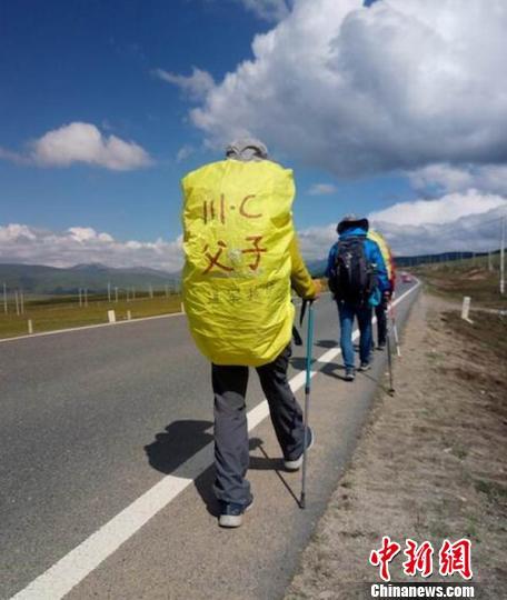 四川自贡父子徒步到西藏耗时50天翻越12座高山(图)