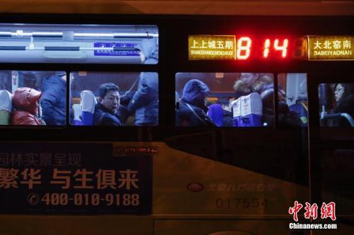 资料图:城际公交车上搭乘着搬去北京郊区租房的人。王骏 摄