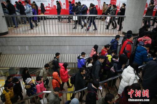 资料图:北京地铁一号线大望路站内人头攒动。王骏 摄