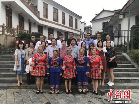 海外华文媒体采访团一行在汝城县热水镇与少数民族群众合影。刘着之 摄